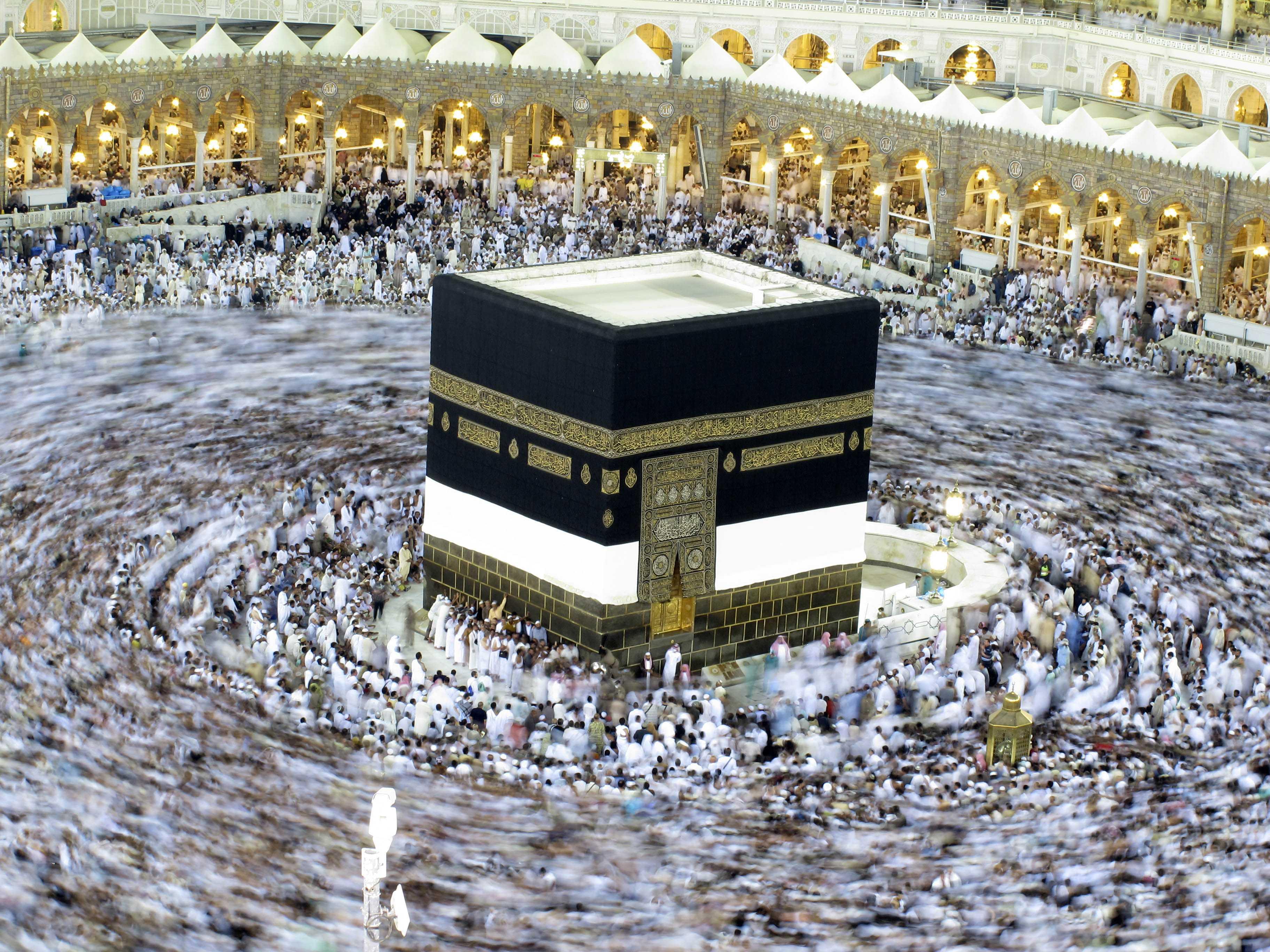 Miles de peregrinos musulmanes caminan alrededor de la Ka`aba