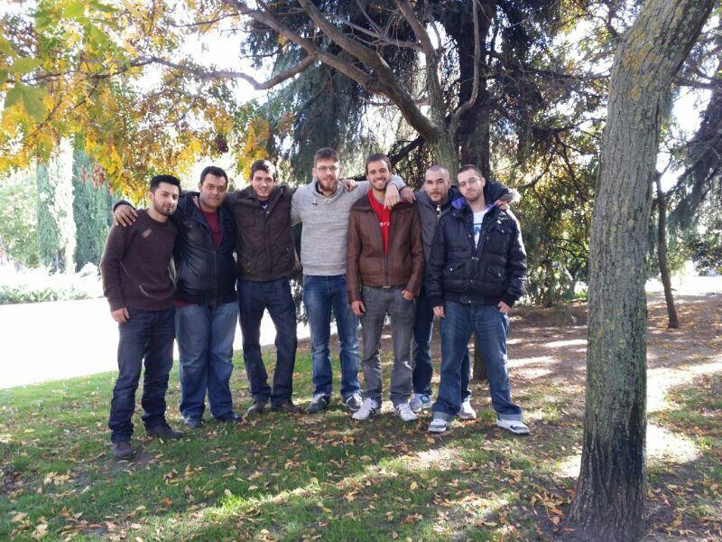 Omar Hamnzeh con su grupo de amigo tras la conversión al Islam de estos