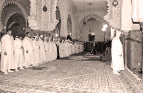 Musulmanes haciendo el Salat en un mezquita de marruecos con los brazos extendidos, sadl