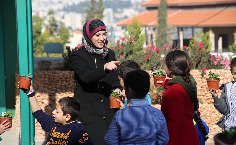 Hanan Al Hroub, profesora musulmana en Palestina, ha recibido el premio a la mejor profesora del mundo por su labor en la educación en 2016