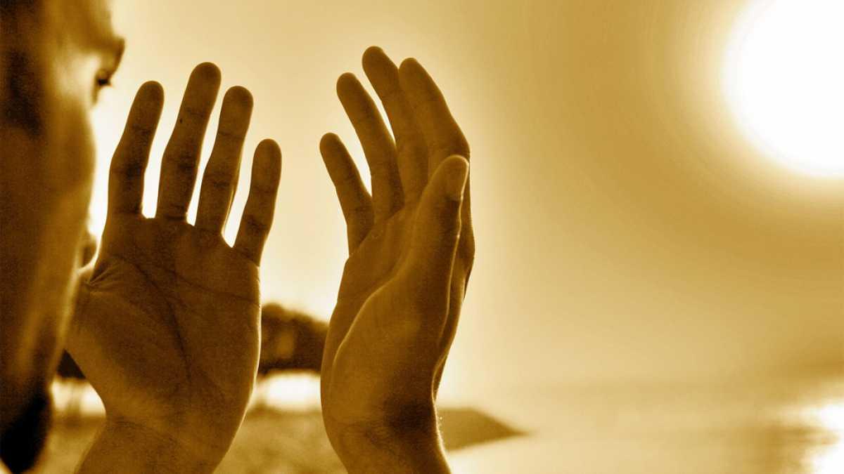 La mejor manera de que Allah responda a la súplica rápidmente es mostrando nuestra necesidad de Él, como hacía el Profeta.