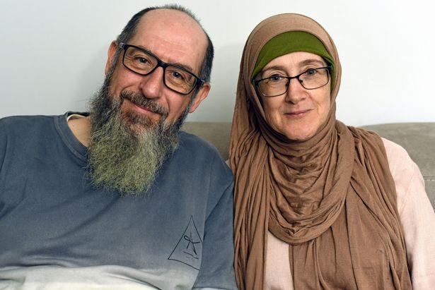 Nacidos de familias cristianas pero no especialmente religiosas, Hanan Sandercock y su esposo John Smith se convirtieron al Islam siendo adultos en Gales. Lo hicieron cada uno por separado y se encontraron y casaron más tarde.