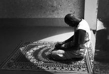 El mindfulness en el Islam se puede cultivar a través de una meditación específica diseñada para ayudarnos a ser conscientes de Allah y controlar cómo reaccionamos a nuestros pensamientos.