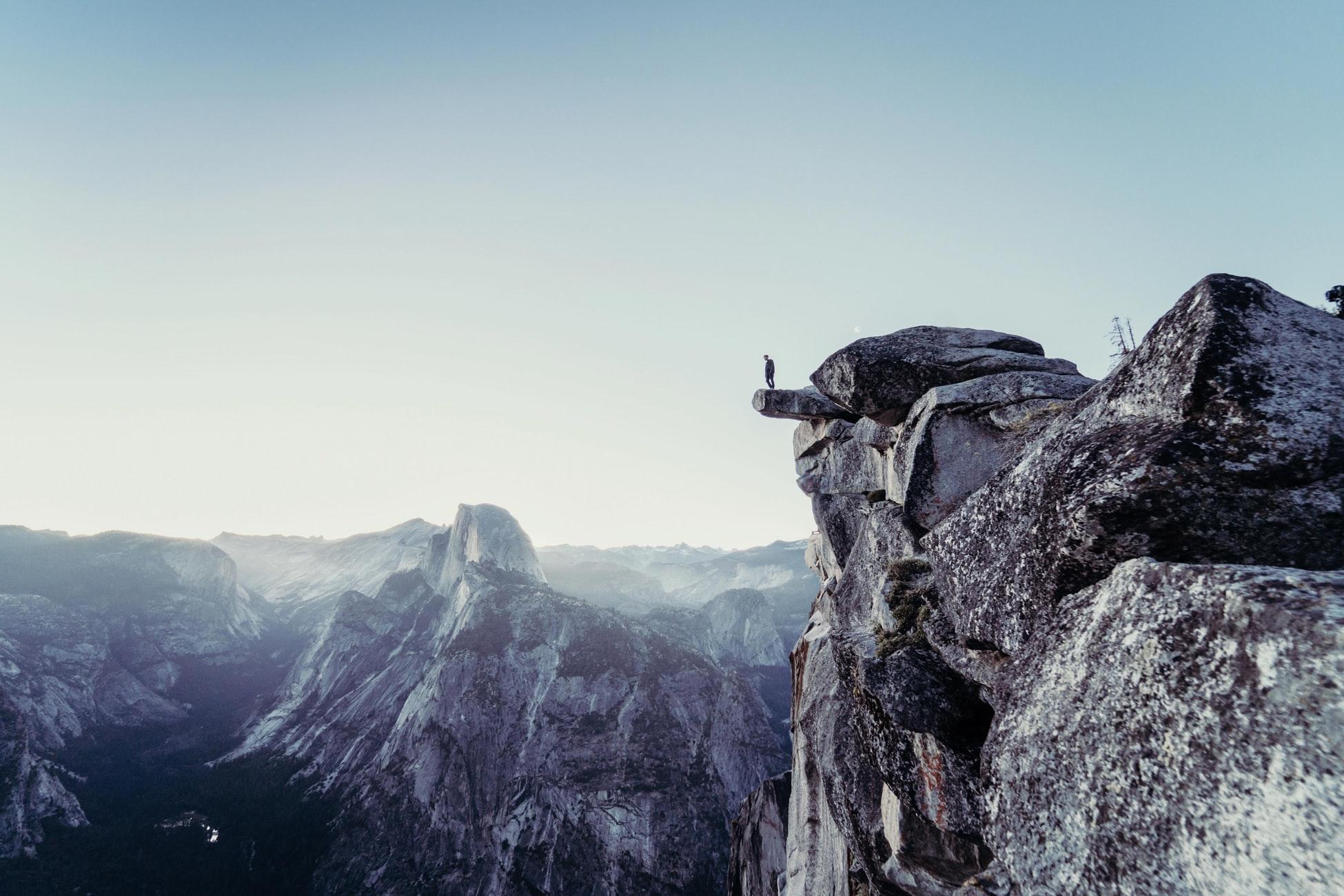 No importa la naturaleza, dificultad o peligro de la circunstancia, tiempo o lugar; quien teme a Allah, Él le bastará.
